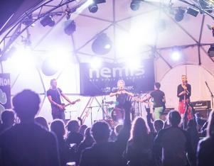 Västeråsbandet Comminor är tillbaka från turnéspelningar världen över och gör nu ett stopp på festivalen Peace & Love i Borlänge.