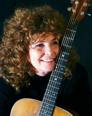 Amerikanska kampsångerskan Anne Feeney kommer till Gamla Elverket och Falun på lördag för att hylla Woody Guthrie.