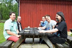 Andreas Högberg, Tom Fekkes, Urban Eriksson, Jonas Karlsson och Markus Olander avnjöt tårta under Sikforsdagen. De flesta är här för första gången.