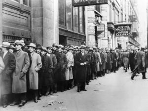 Arbetslösa män köar utanför en arbetsförmedling i New York 1933, under den stora depressionen. Intressant nog var detta en tid då inkomstklyftorna minskade i världen.   AP/TT