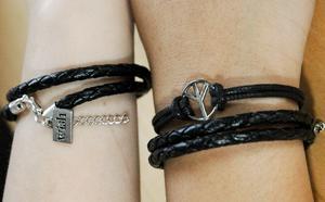 Designen har de själva gjort och det finns många varianter av armband.