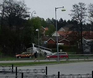 Bussen hamnade i en bäck efter ett en lång stund ha kört på fel sida av vägbanan. Turligt nog fanns då ingen mötande trafik.