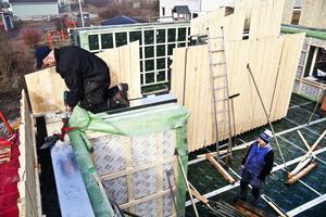 Väggarna i det nya glashuset är så tjocka att Jan Mård inte har några problem att jobba uppe på väggen.