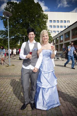 Linnea Nordström, som går trean på måleri-bygg, kom till balminglet i en Oldsmobil cab tillsammans med flickvännen Elin Hedlund. Linnea var ute i god tid när hon köpte sin fina isblå klänning – redan innan jul.