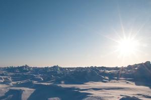 Eftersom Nordpolen ligger mitt i ett stort hav där isen flyter på vattnet, flyttar sig Nordpolen hela tide