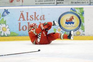 Så här illa såg det ut precis efter att Larsson fastnat med högra skridskon i sargen.