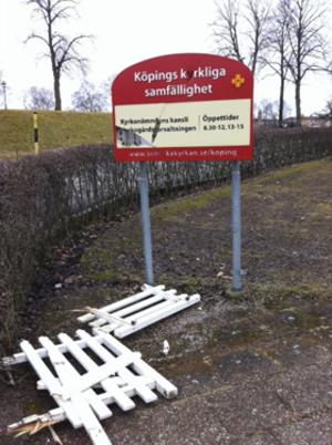 Det blev inte mycket kvar av grinden efter vandalbesöket.