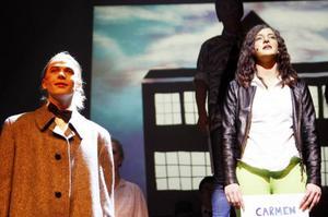 Vad står det i breven? Har vi kommit in? Nick Piazza (Reppe) och Carmen Diaz (Isa de Wachter) i den ödesmättade öppningsscenen.