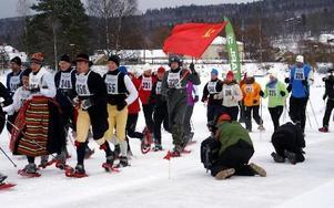 72 tävlande startade i snöskoracet i Rättvik. Några var klädda i rättviksdräkt och en yngling sprang med den sovjetiska fanan. Birgit Nilses Gröndahl