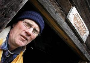 – Det är viktigt att bevara gammalt hantverk, anser smeden och läraren K G Lindblad som leder kursen i Hammarede.