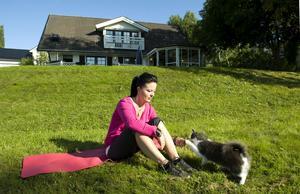 Sjukvården misstolkade under ett drygt decennium Anna Karlssons smärtproblematik i höfter, ländrygg och ljumskar, som hela tiden handlade om bäckensmärtor efter graviditet. Efter 15 år och en steloperation av bäckenet kan hon nu åter börja ta promenader i solen.
