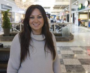 Köpis satsar stort på att skapa julstämning. Ulrika Persson är floor manager på Valbo köpcentrum.