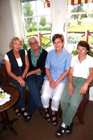 Katrinebergsgården har en personalstyrka motsvarande tio årsarbetare. Karin Weiåker har samlat kokerskan Helena Sjölander, undersköterskan Eva Mathisen och sjuksköterskan Sussi Sjöblom till en pratstund.