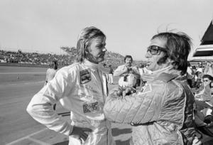 Goda vänner.  Ronnie Peterson och dubble världsmästaren Emerson Fittipaldi i samspråk i depån på Daytona International Speedway i USA 1975. Tre år senare var Fittipaldi en av dem som bar Ronnies kista till sista vilan i Örebro.