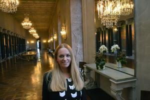 Här visar Johanna en av de fina korridorerna.