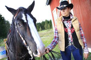 Gabrielle Jensen och Enjoy klädde upp sig westerndagen till ära. Flätad man och cowboyhatt är självklara attribut.