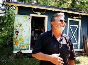 Bernt och Iris köpte huset 1974. Varje sommar spenderar de här i lilla Svensky i Alby utanför Ånge. Tidigare var Bernt också här ibland under vinterhalvåret.– Men nu har man blivit bekväm av sig, säger han.