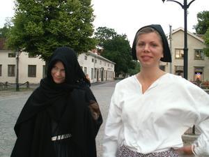 Besök från det förflutna. Sara Dahlin-Klein och Hilda Wallner-Dahlin gestaltar en klok gumma och en ung flicka från 1700-talet som dyker upp under kvällens spökvandring. Foto:Ann-Christine Hedström