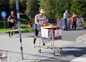 Anders Andersson valde den tuffare löpningen med en kundvagn framför sig den sista biten av loppet.