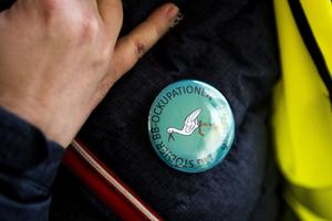Sponsorer har fixat egna pins till ockupationen.