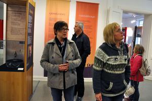 Maria Lennestig, Lennart Berglund, Karin Hästö och Gerd Wichmann tittar på utställningen som invigs nu på lördag.
