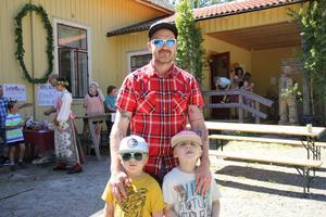 Emil Göthlund med sönnerna Petter och Olle.