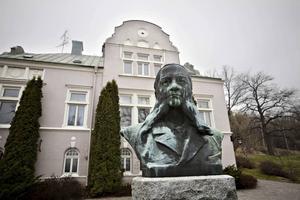 Nu när träpatronerna bara finns kvar som statyer måste vi hitta en annan Sundsvallsanda, menar Tomas Melander. På bilden träpatronen Carsten Jacobsen på Tunadal.