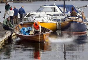 Bengt Öqust, Hudiksvall, styr in sin skötbåt i trä mot bryggan där Tom Collins, Bobygden, tar emot.