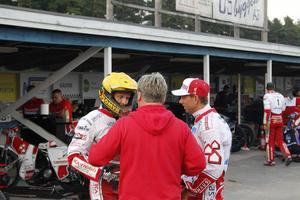 Lagkapten Andreas Jonsson och lagledare Mikael Teurnberg tar sig ett snack med Tomasz Jedrzejak inför polackens andra heat för kvällen.