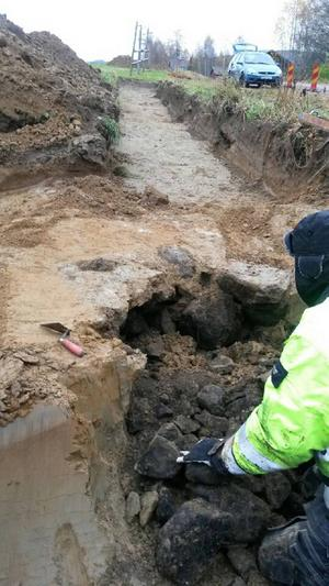 Kolbitar som hittades vid utgrävningen har skickats på analys för att man ska kunna tidsbestämma eldstaden.