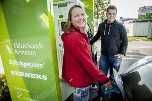 Tror på elbilen som en väg mot  fossilfri fordonspark gör Linda Johansson och Daniel Johannsson.