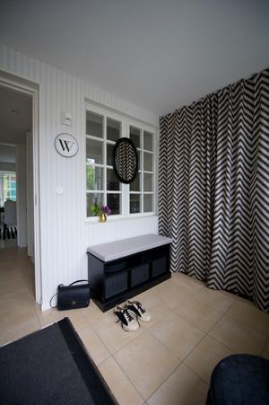 I hallen hemma hos inredningskonsulten Jannice Wistrand är var sak på sin plats. Att mötas av en enda röra när man kommer hem kan kännas stressande.
