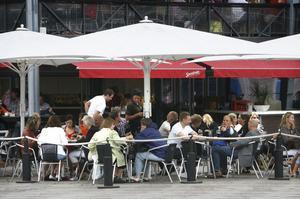 Att sitta ute och äta och dricka är fortfarande populärt. Men kanske är trenden lite vikande.