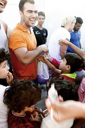 Hozan Jahour från Gävle följde med Maria Westin på resan som tolk. Här delar han ut klubbor till barnen.