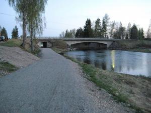 Den nya cykelvägen går under riksvägen och Backa bro. Något som höjer trafiksäkerheten för de cyklande och gående trafikanterna.