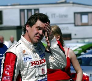 Tar sig för pannan. Helgens tävlingar i Falkenberg blev inte riktigt vad Tomas Engström hade tänkt sig. Bilstrul gjorde att Engström slutade sist av de bilar som tog sig i mål.