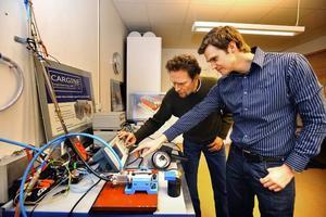 Urban Carlson, till vänster, och Herman Jonsson jobbar med programmeringen av styrdatorn till de pneumatiskt styrda ventilerna.