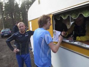 Sveriges bästa orienteringstvillingar, bröderna Lysell, stämplar ut efter tävlingen.…