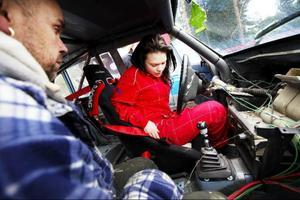 I en folkracebil har all överflödig utrustning som väger och inte behövs tagits bort.Emma Håkansson ska precis ge sig ut i sitt första folkraceheat. Här får hon hjälp av Roffe Strömqvist med inställningarna av bältet.