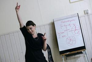 """FÖRKLARAR. Innan Milana Severskaya börjar sin uppvisning berättar hon hur dansen utförs. """"Överkroppen har kontakt med himlen och Gud"""", säger Milana och sträcker armarna mot skyn."""