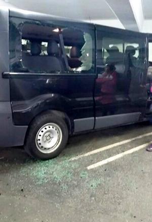 Matforsbrottarnas bil som fick rutorna krossade vid ett inbrott under fredagen.