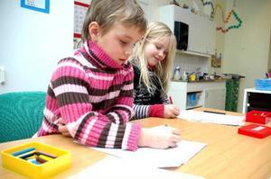 Sandra Svedberg, 6 år, och Evelina Solsten, 7 år, önskar sig örhängen respektive Hannah Montana-docka.Foto: Sandra Högman