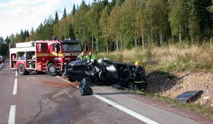 Det blev en frontalkollision när en av bilarna kom över på fel sida av vägen och frontalkrockade med ett mötande fordon.