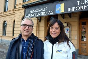 Att sommarjobba för SM-veckan blir både kul och en bra erfarenhet för gymnasieungdomar, tror Ronny Rönnbäck, Favi, och projektledaren för SM-veckan Elisabeth Byström.