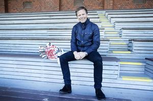Roger Sandberg – än så länge lugn och glad på Strömvallens gamla träläktare med matchtröjorna redo för premiär.