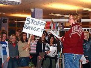 Foto: ULF GRANSTRÖM Mot kriget. Bibliotekarien Helena Näslund läste en av elevernas dikter och höll i sången när det genomfördes en manifestation mot kriget på Norrsätraskolan i Sandviken på torsdagen. Initiativet till manifestationen kom från några av skolans elever.