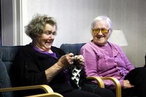 Inga dukar. Inez Tollbring och Birgit Mattsson menar att kvinnor inte är lika intresserade av handarbete längre.