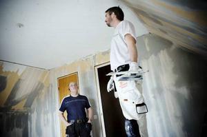 Jonas Eriksson Åke Bengtssons nästa projekt kommer att bli en renovering av badrummet. - Men det tänker jag göra själv, säger han bestämt. Rotavdrag-jonern570.