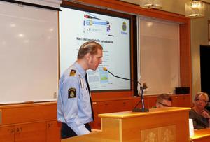 Josef Wiklund, lokalpolisområdeschef, under ett möte i kommunfullmäktige.