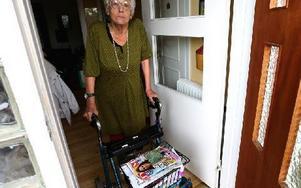 Majvor Dahlgren önskar att hon själv kunde välja att gå en promenad när hemtjänsten kommer. Men det går inte eftersom det inte står så i biståndsbeslutet. Foto: Johnny Fredborg